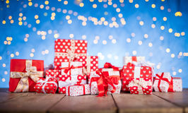 Weihnachtshintergrund mit Stapel von Geschenken Stockfotos
