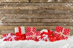 Weihnachtshintergrund mit Stapel von Geschenken Lizenzfreie Stockbilder