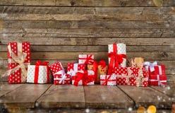 Weihnachtshintergrund mit Stapel von Geschenken Stockbilder