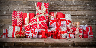 Weihnachtshintergrund mit Stapel von Geschenken Stockfoto