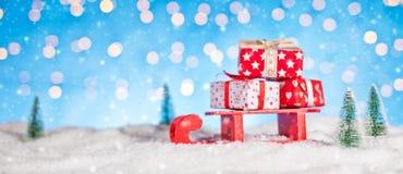 Weihnachtshintergrund mit Stapel von Geschenken auf Schlitten Lizenzfreies Stockbild