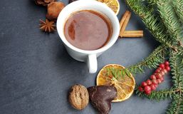 Weihnachtshintergrund mit Tannenbaum-, nuts und heißerschokolade Lizenzfreie Stockbilder