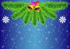 Weihnachtshintergrund mit Tannenbaumasten, -schneeflocken und -Konfettis Stockfoto