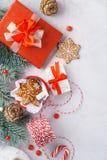 Weihnachtshintergrund mit Tannenbaumniederlassungen und roter Dekoration stockfoto