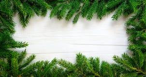 Weihnachtshintergrund mit Tannenzweigen auf weißem hölzernem Brett Stockfotos