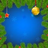 Weihnachtshintergrund mit Tannenzweigen, rote Beeren, Bälle des neuen Jahres Lizenzfreies Stockbild