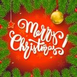 Weihnachtshintergrund mit Tannenzweigen, rote Beeren, Bälle des neuen Jahres Lizenzfreie Stockbilder