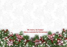 Weihnachtshintergrund mit Tannenzweigen und gestrickten Handschuhen Stockbild
