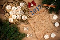 Weihnachtshintergrund mit Tannenzweigen und Kerzen Pergament sie Stockfotografie