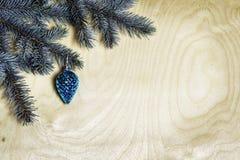 Weihnachtshintergrund mit Tannenzweigen und Kiefernkegel Lizenzfreie Stockfotografie