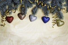 Weihnachtshintergrund mit Tannenzweigen und Verzierungen Stockbild