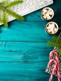Weihnachtshintergrund mit Tastatur der heißen Schokolade lizenzfreies stockbild