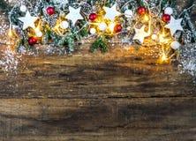 Weihnachtshintergrund mit traditioneller Dekoration und festlichen Lichtern Lizenzfreie Stockfotos