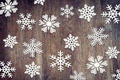 Weihnachtshintergrund mit verschiedenen Papierschneeflocken Stockfoto