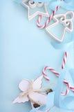 Weihnachtshintergrund mit verzierten Grenzen Stockfotografie