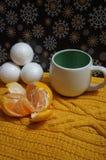 Weihnachtshintergrund mit weißem Ñ- oben und Tangerine lizenzfreies stockfoto