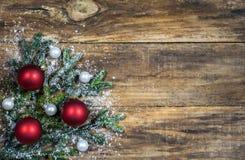 Weihnachtshintergrund mit Weihnachtsbällen auf Tannenbaumast Stockfoto