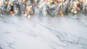 Weihnachtshintergrund mit Weihnachtsbaum auf weißem Marmorhintergrund Grußkarte der frohen Weihnachten, Rahmen, Fahne Winterurlau lizenzfreie stockfotos
