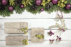 Weihnachtshintergrund mit Weihnachtsbaum, rote Verzierungen und auf dem w Stockbild