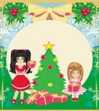 Weihnachtshintergrund mit Weihnachtsbaum und Mädchen mit Geschenken Stockfotografie