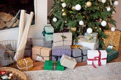Weihnachtshintergrund mit Weihnachtsbaum und -schein bokeh Lichtern auf hölzernem Segeltuchhintergrund Frohe Weihnacht-Karte Wint stockbild