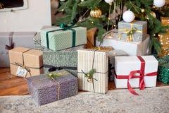 Weihnachtshintergrund mit Weihnachtsbaum und -schein bokeh Lichtern auf hölzernem Segeltuchhintergrund Frohe Weihnacht-Karte Wint lizenzfreies stockfoto