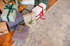 Weihnachtshintergrund mit Weihnachtsbaum und -schein bokeh Lichtern auf hölzernem Segeltuchhintergrund Frohe Weihnacht-Karte Wint lizenzfreie stockbilder