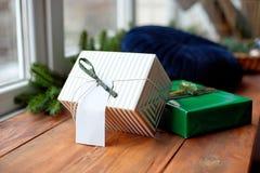 Weihnachtshintergrund mit Weihnachtsbaum und -schein bokeh Lichtern auf hölzernem Segeltuchhintergrund Frohe Weihnacht-Karte Wint lizenzfreie stockfotografie
