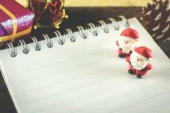 Weihnachtshintergrund mit Weihnachtsdekoration Stockfoto