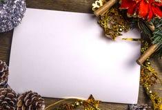 Weihnachtshintergrund mit Weihnachtsdekorationen und ein weißes Blatt Papier Stockbilder