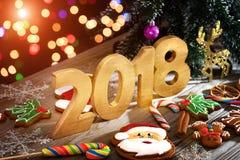 Weihnachtshintergrund mit Weihnachtsplätzchen, Dekoration und Gewürzen, 2018 Stockbild