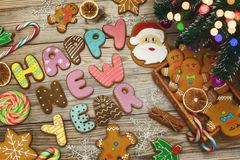 Weihnachtshintergrund mit Weihnachtsplätzchen, Dekoration und Gewürzen, 2018 Lizenzfreies Stockfoto
