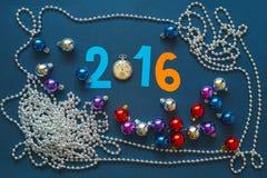 Weihnachtshintergrund mit Zahlen, Taschenuhren und Perlen Lizenzfreie Stockfotos