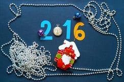 Weihnachtshintergrund mit Zahltasche Uhren und Santa Claus Lizenzfreie Stockbilder