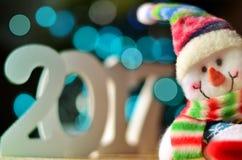 Weihnachtshintergrund mit Zeichen 2017 und Schneemann Stockfoto