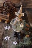 Weihnachtshintergrund: Mäusefigürchen auf Skis Lizenzfreies Stockfoto