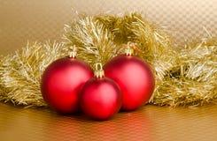 Weihnachtshintergrund - rote Kugeln Stockbild