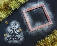 Weihnachtshintergrund - Schattenbild des Tannenbaums, Rahmen, Lametta, Co Stockfotos