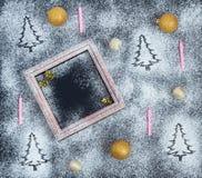 Weihnachtshintergrund - Schattenbilder von Tannenbäumen, dünne Kerzen, f Lizenzfreies Stockbild