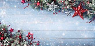 Weihnachtshintergrund - Tannenzweige und Flitter Stockfotografie