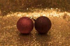 Weihnachtshintergrund und christmass Bälle Stockbilder