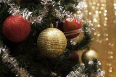 Weihnachtshintergrund und christmass Bälle Stockfotografie