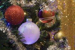 Weihnachtshintergrund und christmass Bälle Lizenzfreies Stockfoto