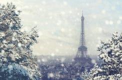 Weihnachtshintergrund: Vogelperspektive von Paris-Stadtbild mit Eiffelturm bei Wintersonnenuntergang in Frankreich Stockfoto