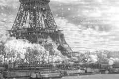Weihnachtshintergrund: Vogelperspektive von Paris-Stadtbild mit Eiffelturm bei Wintersonnenuntergang in Frankreich Lizenzfreies Stockfoto