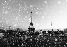 Weihnachtshintergrund: Vogelperspektive von Paris-Stadtbild mit Eiffelturm bei Wintersonnenuntergang in Frankreich Lizenzfreies Stockbild