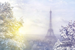 Weihnachtshintergrund: Vogelperspektive von Paris-Stadtbild mit Eiffelturm bei Wintersonnenuntergang in Paris Stockbilder