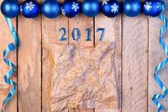 Weihnachtshintergrund von Bällen und Bänder, Blatt von Pergament wi Stockfotos