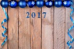 Weihnachtshintergrund von Bällen und von Bändern mit der Aufschrift 2 Stockfoto
