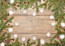 Weihnachtshintergrund von Tannenzweigen und von Ingwerplätzchen stockbilder